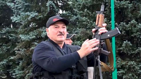 Belarus: Lukaschenko posiert mit Kalaschnikow und Kampfmontur