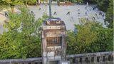 Kyoto, Japan.An einigen öffentlichen Plätzen in Japan stehen urtümlich anmutende Funktürme, die das Programm eines Radiosenders übertragen. Manchmal finden sich Gruppen zum gemeinsamen Sporttreiben zusammen, die den angesagten Übungen des Senders folgen. Ursprünglich wurden die Funktürme eingesetzt, um die Bevölkerung mit wichtigen Nachrichten und Ansprachen zu erreichen.