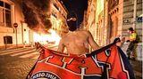 Paris, Frankreich. Nach der Niederlage im Champions-League-Finale gegen den FC Bayern München haben Anhänger vonParisSt. Germain (PSG) in der französischen Hauptstadt randaliert. Die Polizei nahm in der Nacht zu Montag 148 Menschen fest, wie sie auf Twitter mitteilte. Gewaltbereite Fans hatten Fahrzeuge in Brand gesetzt sowie Schaufenster zertrümmert und Geschäfte verwüstet. Sie bewarfen die Sicherheitskräfte auch mit Flaschen und feuerten Feuerwerkskörper in ihre Richtung ab, wie eine Reporterin der Nachrichtenagentur AFP berichtete.