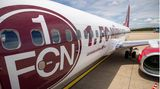 Die türkische Billigfluggesellschaft Corendon hat erst im Juli einer ihrer Boeing 737-800 mit einer Sonderlackierung auf dem Albrecht Dürer Airport in Nürnberg vorgestellt: Jetzt fliegt der Jet in den Farben des Fußball-Zweitligisten 1. FC Nürnberg mit dem Club-Logo beidseitig am Leitwerk.