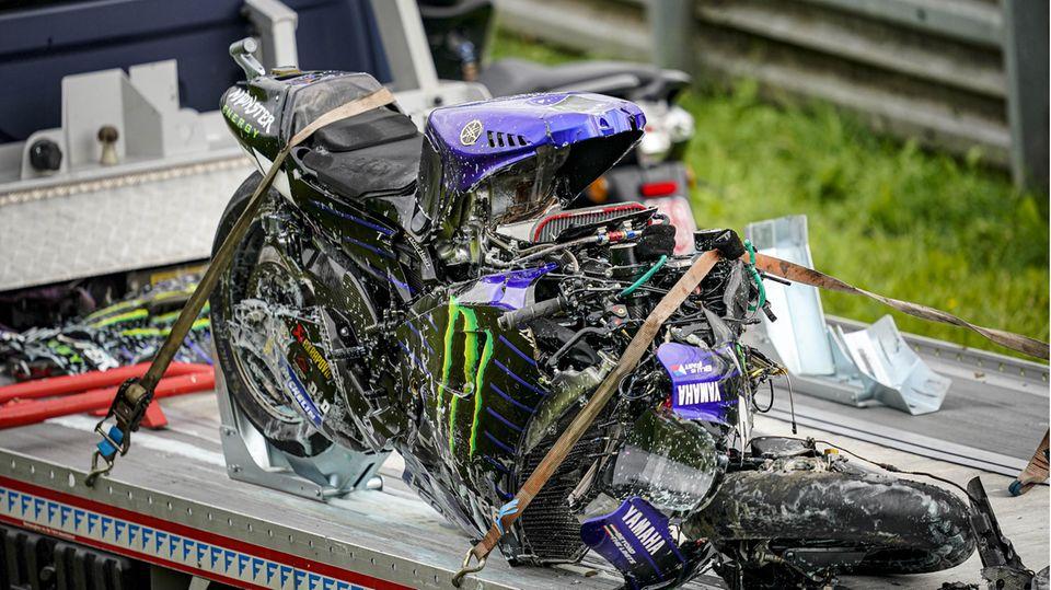 Völlig zerstörtes Motorrad steht auf einem Anhänger