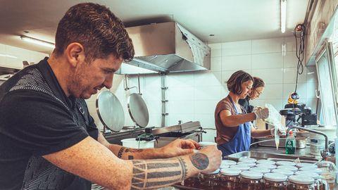 Alvaro Pina Otey und Maria Endrich in der Küche