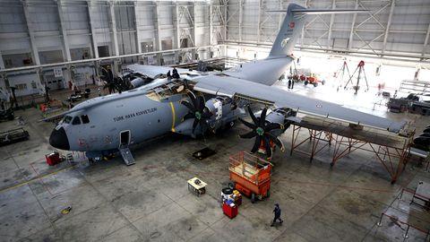 Wartungsarbeiten an einem A400M auf der türkischenLuftwaffenbasis in Kayseri.