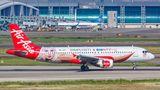 Air Asia ist für bunte Flugzeugrümpfe bekannt und macht hier Werbung für ein malaysisches Kosmetikunternehmen, das von der Sängerin Siti Nurhaliza gegründet wurde.