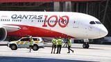 """Die australische Fluglinie ist imNovember in das 100. Betriebsjahr gestartet und hat deshalb einen neuen Dreamliner mit der Zahl100 versehen.Der Name Qantas ist eine Abkürzung für """"Queensland and Northern Territory Aerial Services""""."""