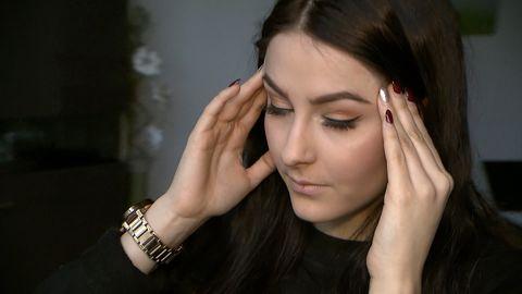 Eine Frau leidet an Kopfschmerzen – was hilft dagegen?
