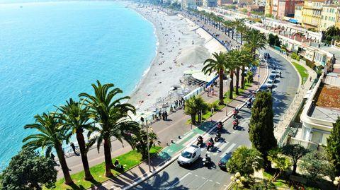 Nizza, die Hauptstadt des Departements Alpes-Maritimes, liegt am von Kieselsteinen gesäumten Ufer der Baie des Anges an der französischen Riviera