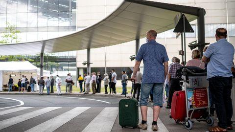 Warteschlange vor dem Testzentrum am Flughafen Köln/Bonn