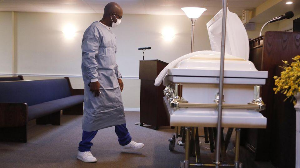 Ein Bestatter in Tampa, Florida bereitet die Beerdigung einesCovid-19-Toten vor (Symbolbild)