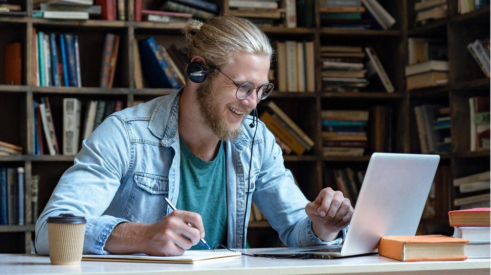 Ein Mann nutzt digitale Lernangebote
