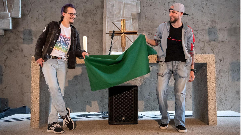 Maximilian Bode (l) und Christopher Schlicht vor dem Altar der evangelischen Emmaus-Gemeinde in Bremerhaven