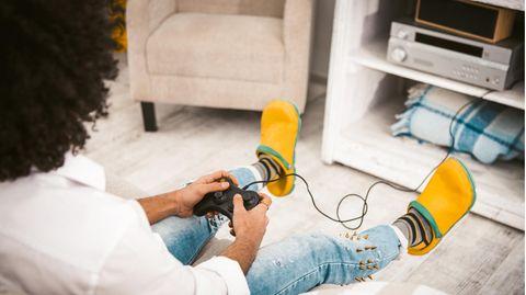 Mann spielt Playstation