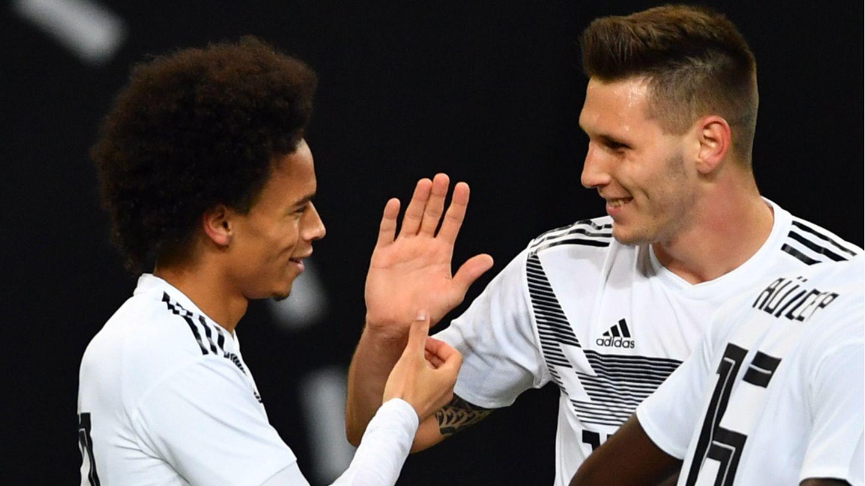 Sie kehren nach Verletzungen in die Nationalelf zurück: die Bayern-Profis Leroy Sane (l.) und Niklas Süle