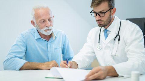 Ein älterer Mann beim Arzt