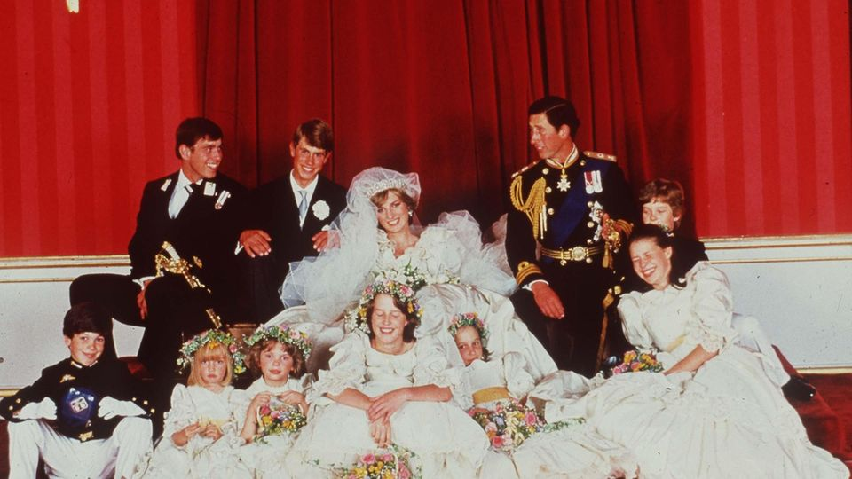 "VOE STERN 36/2020  ©Alpha Press M023193   PRINCE CHARLES & PRINCESS DIANA WITH BRIDESMAIDS AND USHERS AND PAGEBOYS< INCLUDING INDIA HICKS, PRINCE ANDREW PRINCE EDWARD  ""ROYAL WEDDING""   LONDON 29/07/81"