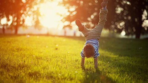 Ein Kind spielt auf einer grünen Wiese