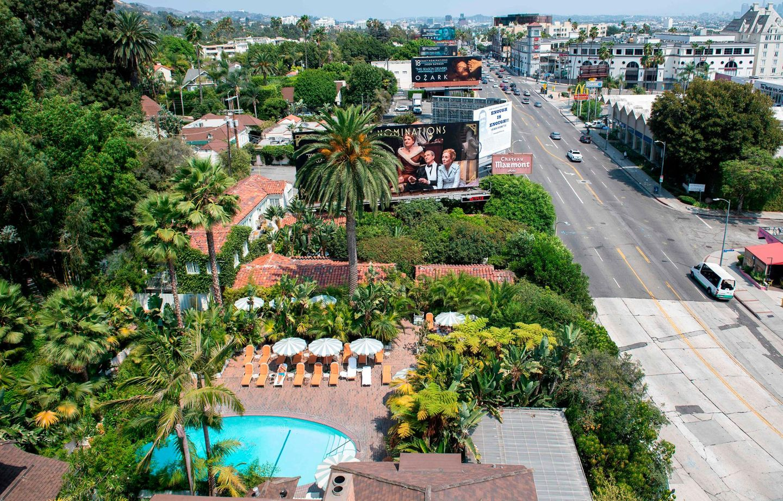 Blick vom Dach auf den Pool und den Sunset Boulevard in unmittelbarer Nachbarschaft zu West Hollywood