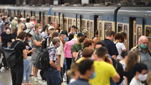 Menschen drängeln sich auf einer U-Bahn-Station in München.