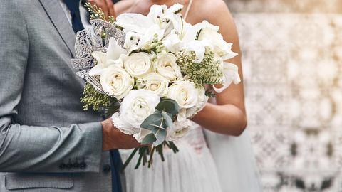 Hochzeit USA Coronavirus: Ein Brautpaar hält Händchen
