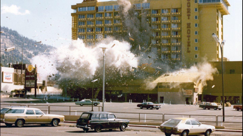 """27. August 1980: Eine Bombenentschärfung geht gehörig schief  Das FBI spricht noch heute von einem """"der ungewöhnlichsten Fälle unserer Geschichte"""". Am 27. August 1980 explodierten im US-Bundesstaat Nevada fast 500 Kilogramm Dynamit bei dem Versuch von Experten, den Sprengsatz zu entschärfen. Deponiert wurde die Bombe von dem damals 59-jährigen verarmten Ex-Millionär John Birges, der ein Casino erpressen und drei Millionen Dollar kassieren wollte. Weil die Geldübergabe scheiterte, verriet der Erpresser nicht, wie die Bombe abtransportiert werden konnte. Wie sie zu neutralisieren wäre, wusste Birges nach eigenem Bekunden nicht einmal selbst – und die Konstruktion war offensichtlich auch für die Entschärfer nicht durchschaubar. Ihr Plan scheiterte auf spektakuläre Weise mit einem großen Knall.  Das """"Harveys Resort Hotel"""" wurde durch die Detonation der Bombe zu großen Teilen zerstört, verletzt wurde jedoch niemand. Der Erpresser wurde zu lebenslanger Haft verurteilt und starb letztlich 1996 im Alter von 74 Jahren. Doch seine """"Maschine"""", wie er seine Bombe nannte, lebte weiter: Ein Nachbau wurde noch bis in die 2000er Jahre vom FBI zu Schulungszwecken verwendet.  Mehr zu dem Fall hat das FBI hier zusammengestellt (englisch)."""