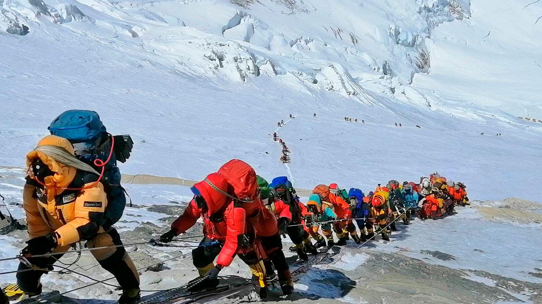 Teilnehmer mehrerer Mount-Everest-Expeditionen beim Aufstrieg kurz unterhalb des Lagers 4