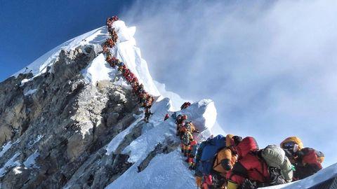 Im Mai 2019:langeSchlangen von Bergsteigern auf dem Gipfelgrat des Mount Everest