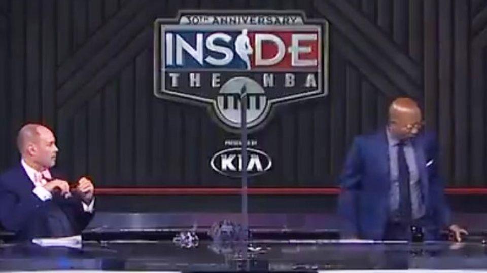 """Der frühere Basketball-Profi Kenny Smith (r.) und Experteverlässt die Livesendung von """"Inside the NBA"""""""