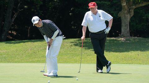 Trump spielt mit Shinzo Abe Golf