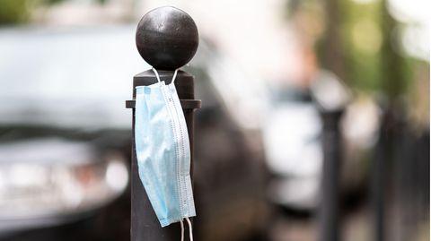 Masken-Verweigerer in Frankreich: Maske an Pfosten