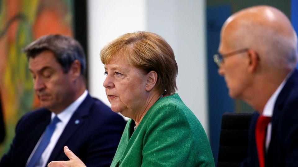 Bundeskanzlerin Angela Merkel (CDU) hat mit dem bayerischen Ministerpräsidenten Markus Söder (CSU, l.) und Hamburgs Erstem Bürgermeister, Peter Tschentscher (SPD, r.) die neuen Corona-Regelungen von Bund und Ländern vorgestellt