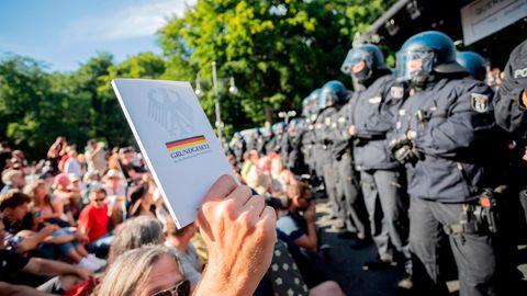 Polizei bei einer Demonstration von Gegnern der Corona-Politik in Berlin