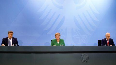 Markus Söder, Angela Merkel und Peter Tschentscher geben die Beschlüsse zum Umgang mit der Coronavirus-Pandemie bekannt