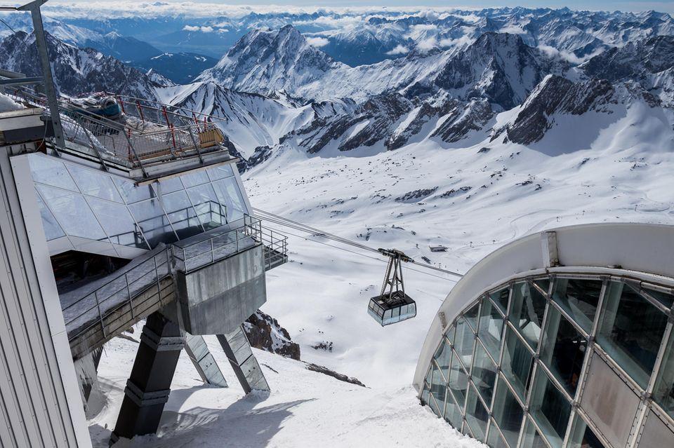 Blick von der Zugspitzeim Winter in die verschneite Landschaft des Wettersteingebirges