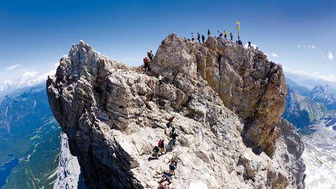 Bergsteiger im Sommer auf dem Ostgipfel der 2962 Meter hohenZugspitze