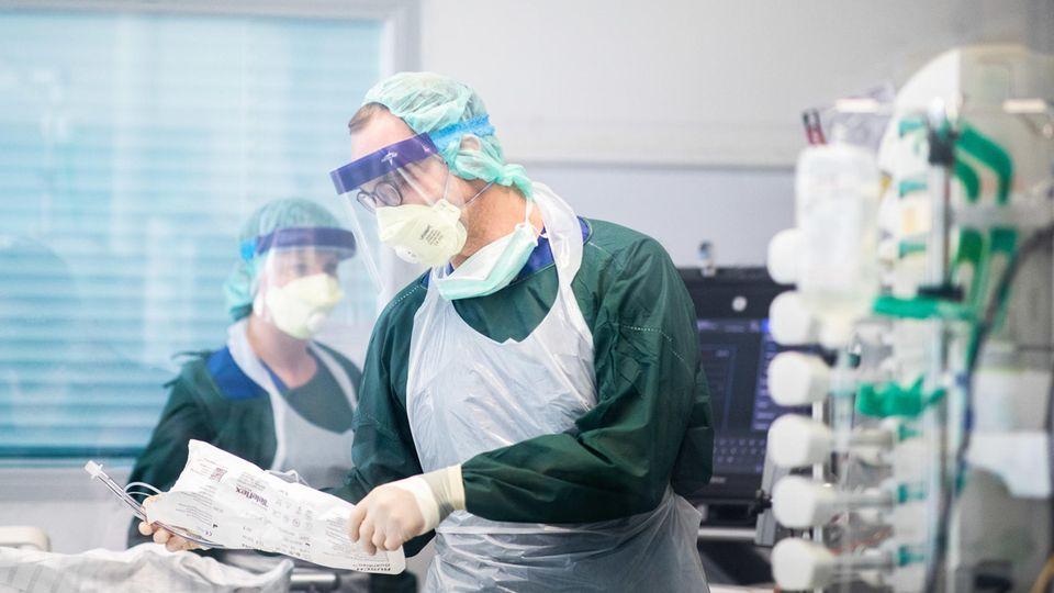 Coronavirus: Pflegekräfte auf einer Intensivstation