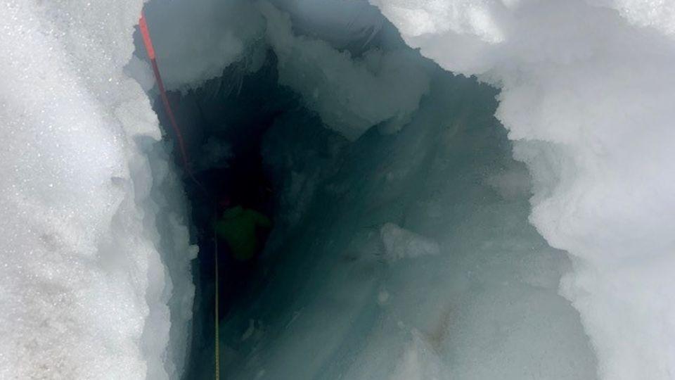 Blick in die mehr als zehn Meter tiefe Gletscherspalte