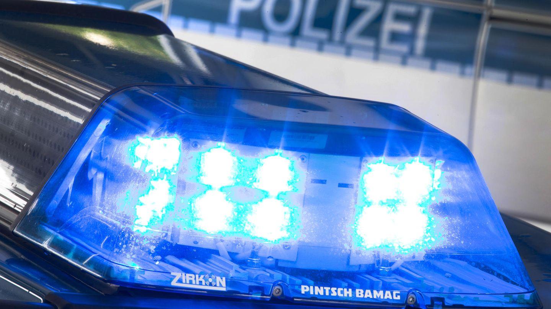 Ein Blaulicht leuchtet am auf dem Dach eines Polizeiwagens (Symbolbild)