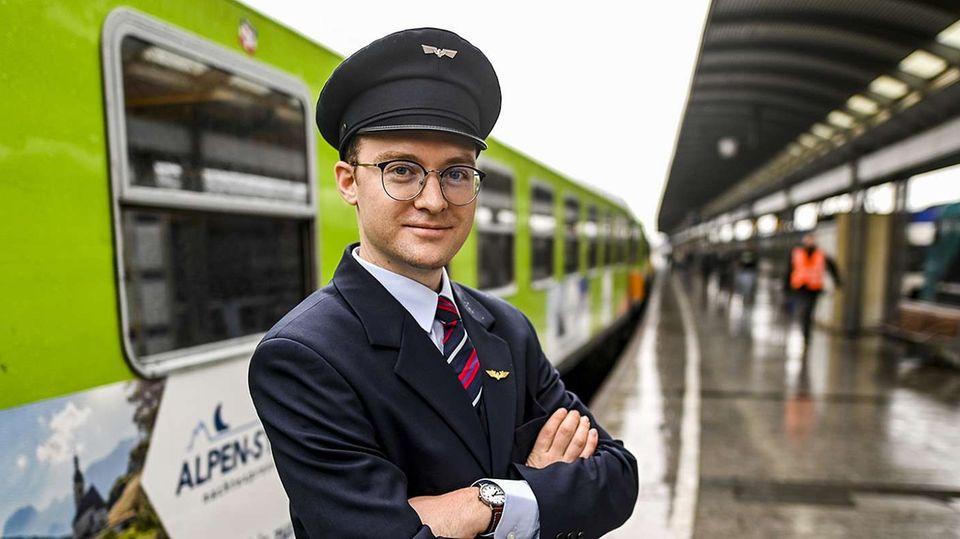 Zugführer Edward Schofield vor dem neuen Alpen-Sylt-Nachtexpress, der seit diesem Sommer zwischen Westerland und Salzburg verkehrt