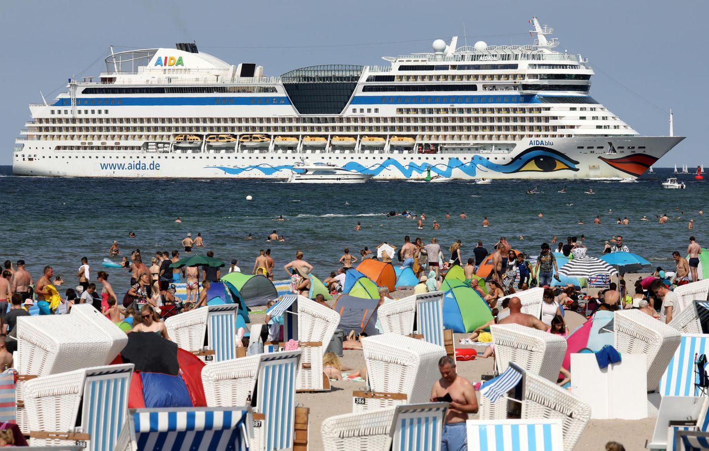 """Ein Foto aus dem Sommer 2019: die """"Aida Blu"""" steuert den Hafen von Warnemünde an"""