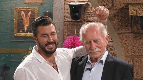 """""""Promi Big Brother""""-Kandidat Mischa Mayer zeigt auf Werner Hansch."""