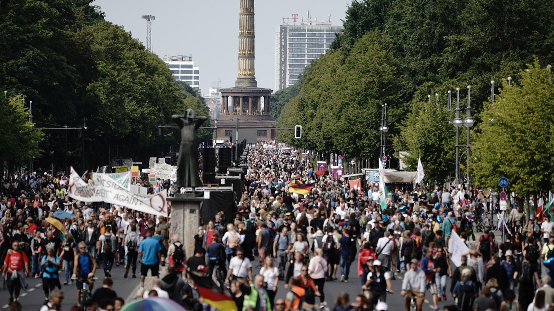 Teilnehmer der Demonstration gegen die Corona-Maßnahmen auf der Straße des 17. Juni