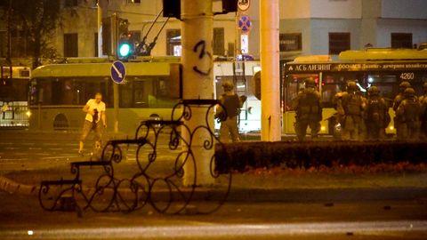 Belarus, Minsk, 10. August: Alexander Taraikowsky steht verwundet auf der Straße