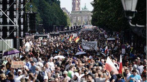 Berlin: Teilnehmer einer Demonstration gegen die Corona-Maßnahmen stehen auf der Straße des 17. Juni