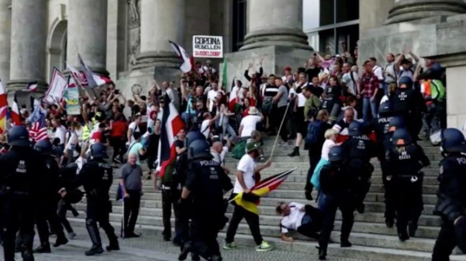 Corona-Demo: Hunderte Festnahmen in Berlin – Demonstranten durchbrechen Absperrung des Reichstagsgebäude