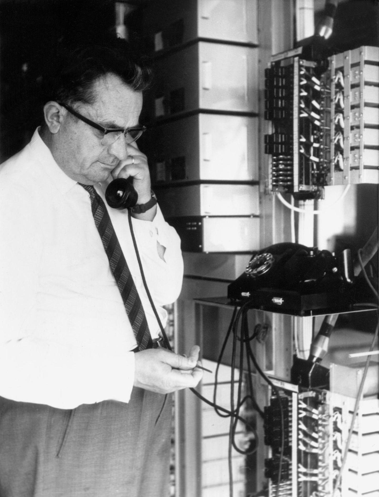 """30. August 1963:Der """"Heiße Draht"""" steht  Zwischen Moskau und Washington wird eine direkte Verbindung installiert. Das sogenannte """"Rote Telefon"""" soll im Krisenfall eine schnelle Klärung und Beseitigung von Missverständnissen zwischen der amerikanischen und der sowjetischen Führung ermöglichen. Die Kubakrise lieferte den Anlass.  Im Oktober 1962 wollte die Sowjetunionauf Kuba Atomraketen installieren. Der Kalte Krieg drohte zu eskalieren. Erst kurz vor der drohenden Eskalation fanden die beiden Supermächte Mittel, die Krise zu beenden. Was offenbar fehlte,warein Instrument, unkompliziert und rasch miteinander zu kommunizieren.  Das """"Rote Telefon"""" sollte die Lösung sein. Es war allerdingstrotz der Bezeichnung weder ein Telefon, noch rot, sondern eine Fernschreiberverbindung - die beiden Regierungen konnten sich ausschließlich schriftlich miteinander austauschen. Die Verbindung verliefüber London, Kopenhagen, Stockholm, Helsinki. Die Aufnahme zeigt, wie ein finnischer Techniker die Leitung in Helsinki überprüft, bevor sie in Verbindung genommen wird."""