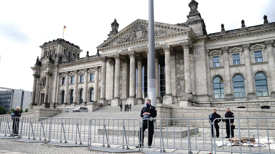 Polizisten und Absperrgitter - der Zugang zum Reichstag ist derzeit beschränkt