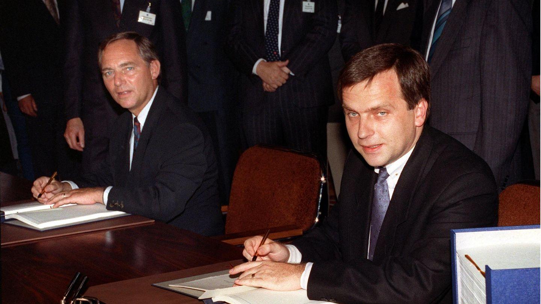 31. August 1990: Bundesrepublik und DDR unterzeichnen Einigungsvertrag  In Ost-Berlin unterzeichnen die Verhandlungsführer, DDR-Staatssekretär Günther Krause (r.) und Bundesinnenminister Wolfgang Schäuble (l.), den deutsch-deutschenEinigungsvertrag. Damit stand fest: Am 3. Oktober 1990 war die DDR nach knapp 41 Jahre ihres Bestehens Geschichte und Helmut Kohl (CDU) Kanzler aller Deutschen.
