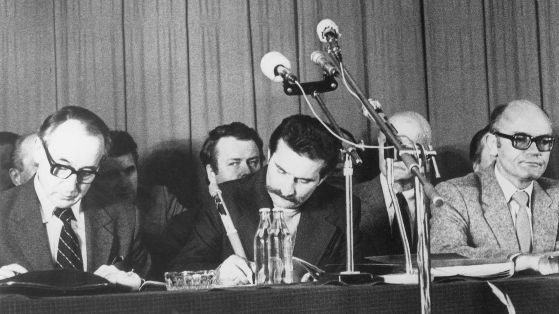 31. August 1980: Polen erlaubt Gewerkschaften  In Danzig schließen das von Lech Walesa (M.) geführte überregionale Streikkomitee und die polnische Regierung einen Vertrag, der unter anderem die Gründung freier Gewerkschaften erlaubt. Damit machte Polen den Weg fürdie unabhängige Gewerkschaft Solidarnosc (Solidarität) frei. Sie war ein Symbol des Freiheitskampfes auch für viele Menschen in anderen Ostblock-Staaten, die in den 1980er Jahren auf demokratische Reformen hofften. Der Protest der Danziger Werftarbeiter ist ein Ausgangspunkt des Mauerfalls gutzehn Jahre später.
