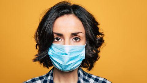 Alltagsmaske: Eine Frau trägt eine Mund-Nase-Bedeckung