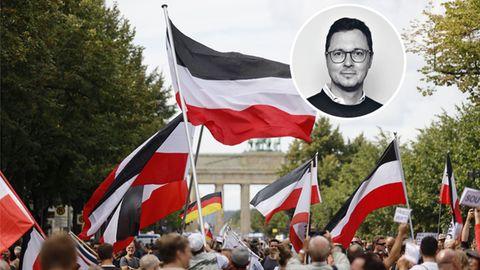 Demonstranten mit Reichsflagge